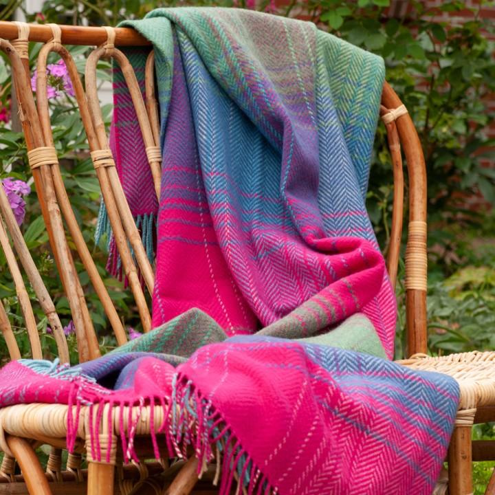 Kuscheldecke in bunten Farbtönen