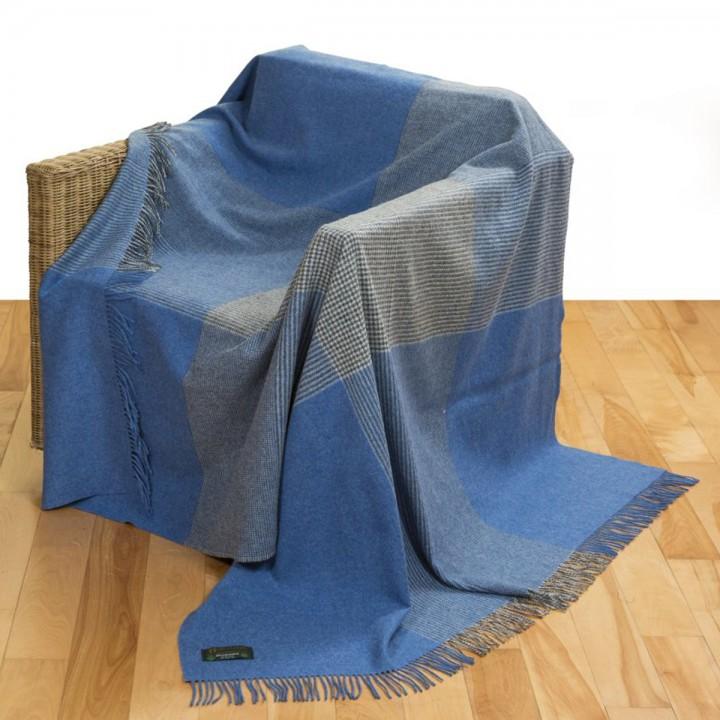 Große, blaue Lammwolldecke mit Streifenmuster