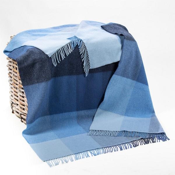 Blaue Wolldecke mit großen Karos