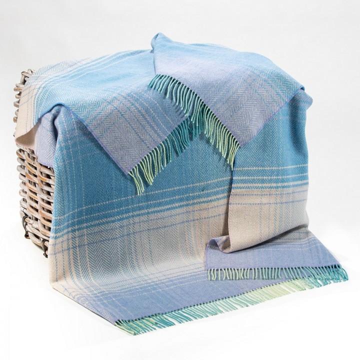 Lila-blaue Wolldecke mit Streifen
