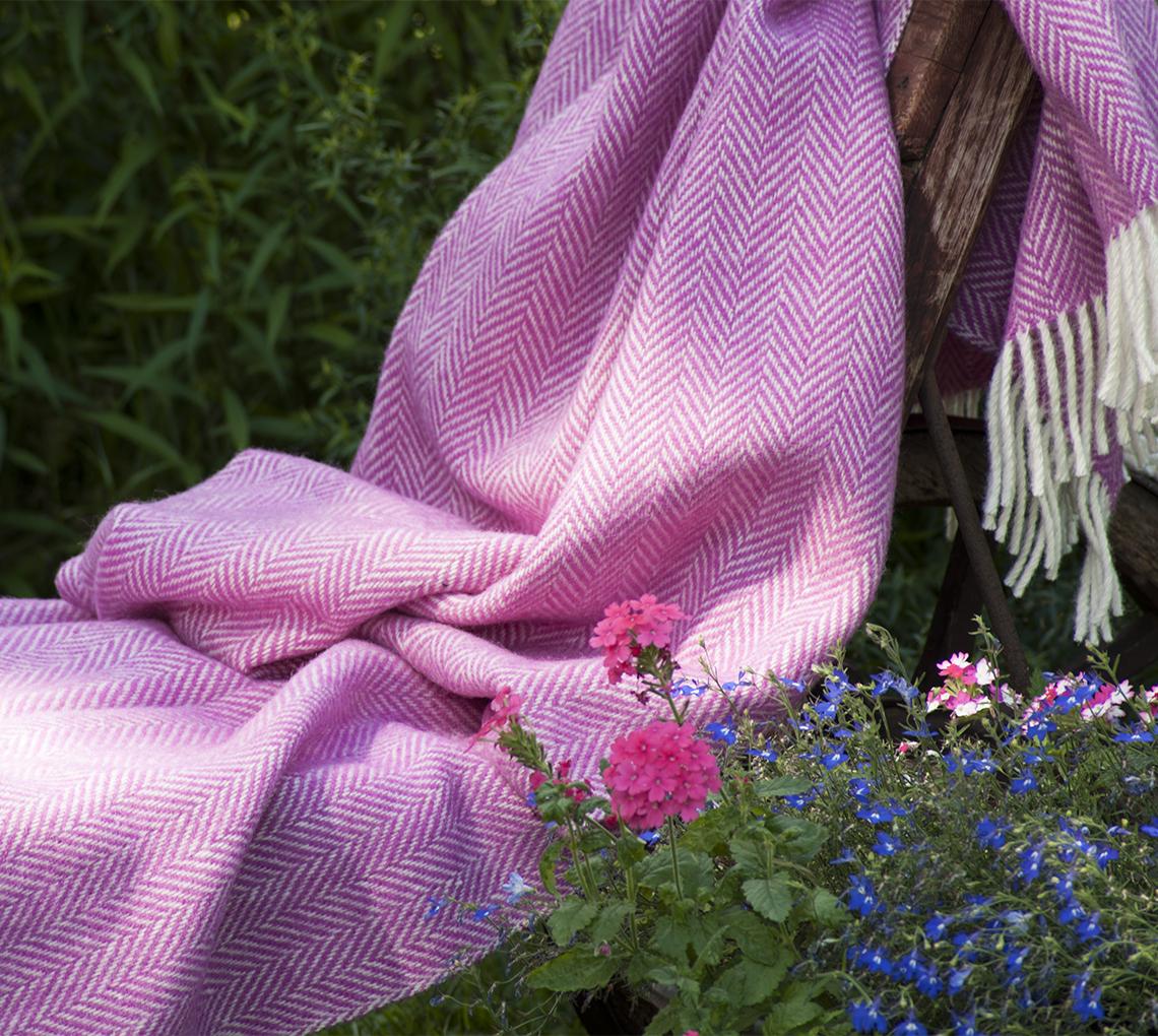 handgewebte schurwolldecke pink wei aus reiner schurwolle in bergr e die. Black Bedroom Furniture Sets. Home Design Ideas